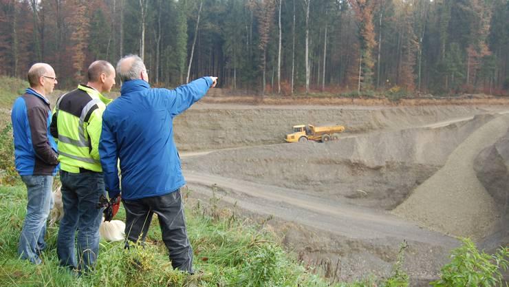 Der Wald ennet der Grube muss dem weiteren Kiesabbau weichen.