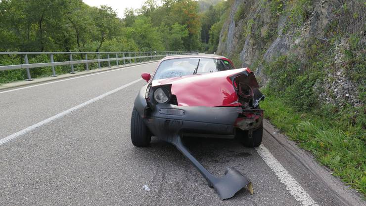 Das Auto erlitt beim Unfall einen Totalschaden und musste abgeschleppt werden.