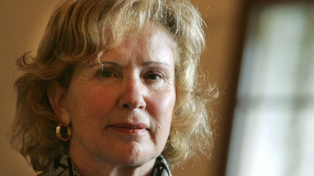 Die Schriftstellerin Eveline Hasler hat ihr Alter viele Jahre lang geheimgehalten, nun steht sie dazu, dass sie 82 ist - und nimmt es gelassen (Archiv 2004).