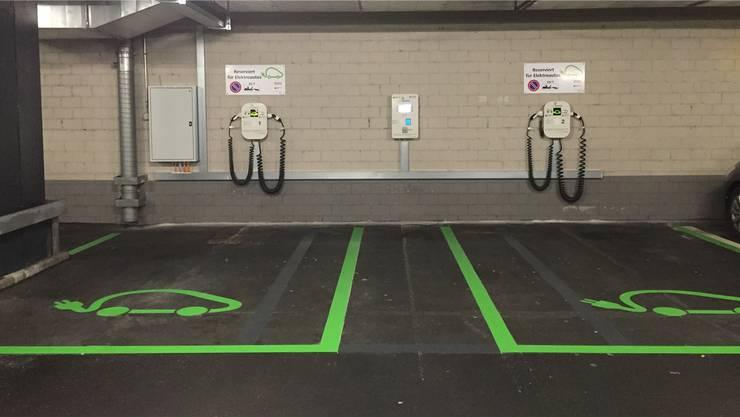 Grün statt weiss: Die neuen Ladestationen für Elektroautos im Badener Bahnhof-Parkhaus. zvg