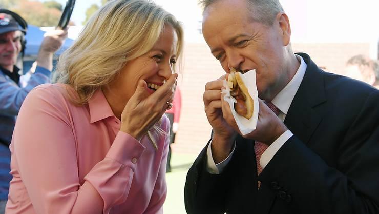 Bei der Parlamentswahl in Australien liegt die sozialdemokratische Labor-Partei unter dem bisherigen Oppositionsführer Bill Shorten (im Bild mit seiner Frau Cloe) nach einer ersten Hochrechnung vorn.