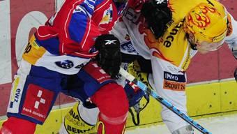 Der Zürcher Thomas Ziegler (links) und der Klotener Tommi Santala im Zweikampf