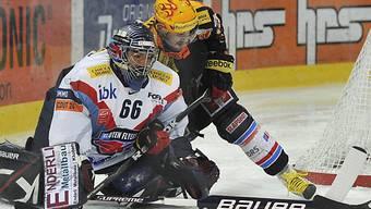 Klotens Goalie Rüeger klärt vor Christian Dubé