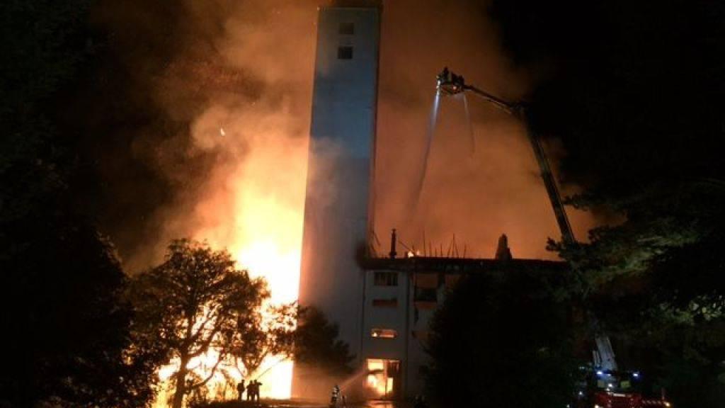 Die Getreidemühle in Cousset FR wurde ein Raub der Flammen. (Bild Kantonspolizei Freiburg)