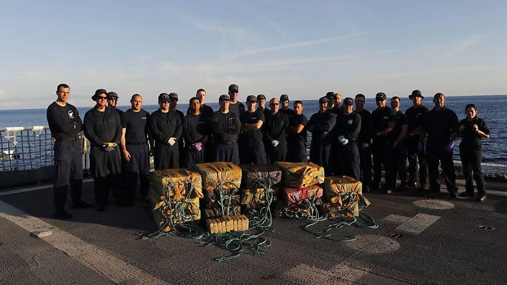 Dicken Drogenfisch an Land gezogen: Auf einem Schiff vor Ecuadors Küste entdeckte die Polizei 5,5 Tonnen Kokain. (Symbolbild)
