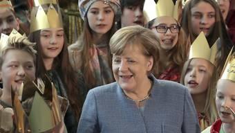 Bundeskanzlerin Merkel singt mit rund hundert Kindern und Jugendlichen, die anlässlich des jährlichen Dreikönigssingens nach Berlin gereist sind.
