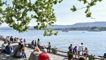 Menschen geniessen im letzten Frühling am Zürichsee fast sommerliche Temperaturen. (Archivbild)