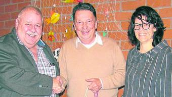 Valentin Trentin, Gemeinderat in Schinznach-Bad (Mitte), wird von Brugg-Regio-Präsident Richard Plüss und Vizepräsidentin Barbara Horlacher aus dem Vorstand des Regionalplanungsverbands verabschiedet.