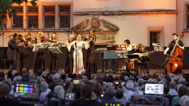 Die russische Sopranistin Julia Lezhneva (Mitte) eröffnete zusammen mit dem russischen Geiger Dmitry Sinkovsky (links) die 10. Lenzburgiade auf Schloss Lenzburg.