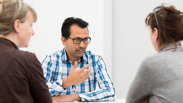 Shahid Iqbal übersetzt als interkultureller Dolmetscher wichtige Gespräche für Migranten und Fachstellen.