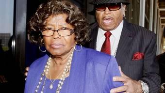Wie hoch die Schadensersatzklage von Katherine Jackson ist, wurde nicht bekannt.