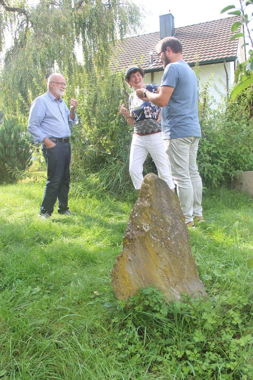 Bruno Breitschmid, Andrea Fuchs und Roger Isler freuen sich über die Brennnesseln in Breitschmids Garten.