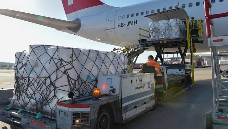 Maschinenteile für zwei Maskenproduktionslinien werden am Mittwochabend aus der Swiss-Maschine ausgeladen.
