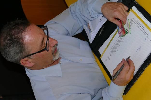 Kassier Roland Frick beim Auflisten der Jahresbeiträge