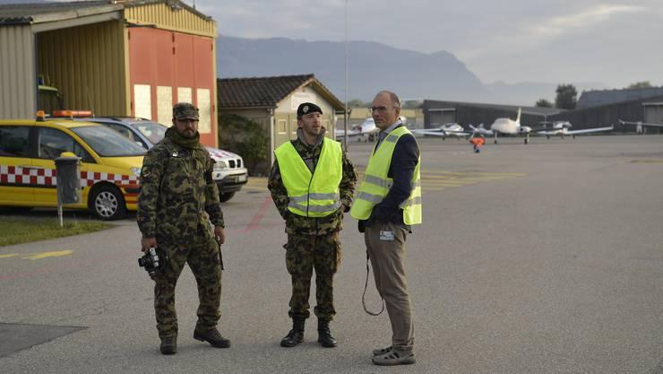 Übung der Armee mit Einbezug des Flughafen Grenchens: VIP treffen dort per Flugzeug ein und werden von einer Kompanie des Aufklärungsbattalions I im Konvoi zu einer Friedenskonferenz in Balsthal gefahren.