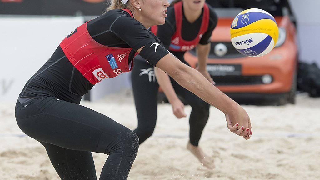 Die Schweizer Beachvolleyballerinnen Anouk Vergé-Dépré (im Vordergrund) und Isabelle Forrer haben ihre erste Partie an der EM in Biel gewonnen