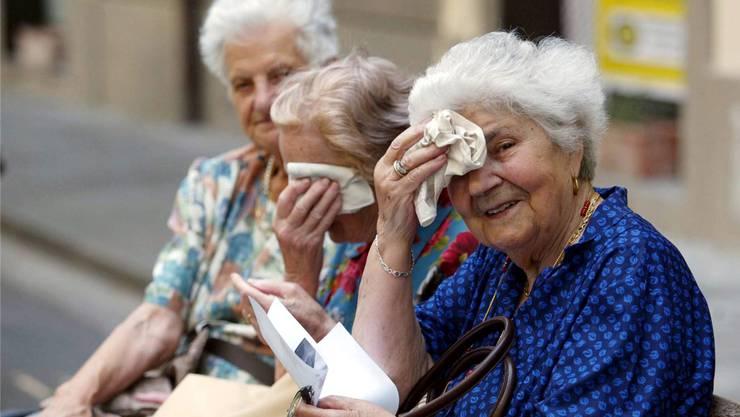Ältere Menschen leiden besonders unter der Hitze – in der Romandie geben sogenannte «Buddys» Tipps ab, wie man sich am besten dagegen schützt. Keystone
