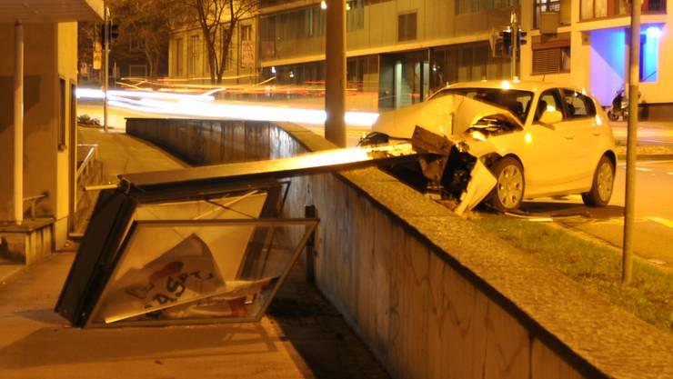Die 25-jährige Lenkerin hatte gegen 19 Uhr die Kontrolle über ihr Fahrzeug verloren und ist in den Mast geknallt.