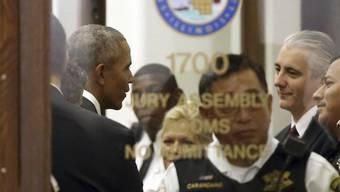 Ex-Präsident Barack Obama hat sich in seiner Heimatstadt Chicago zum Geschworenendienst gemeldet. Beim Betreten des Gebäudes begrüsste er zahlreiche Menschen. Ausgewählt wurde er am Ende aber nicht.