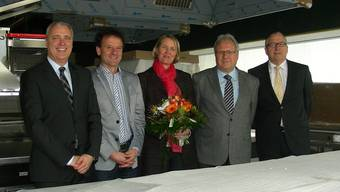 Checkübergabe mit (von links) Andreas Voser (UBS), Christian Bolt (Lernwerk), Christine Rennhard (Lernwerk), Walter Gaberthüel(Lernwerk) und Rainer Kirchhofer (UBS). Dieter Minder