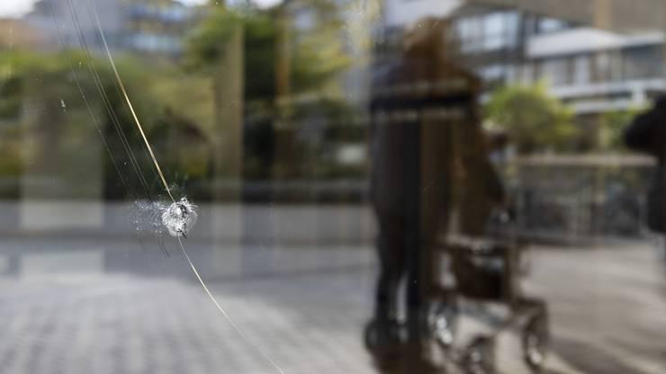 Anwohnerin und Grundstückbesitzerin Ursula Bähr macht sich Sorgen wegen den Sachbeschädigungen. Ein Fenster ihrer Mieterin, der Parkettgalerie, an der Badenerstrasse 5 wurde im privaten Innenhof eingeschlagen. Ebenso ging ein Fenster gegen die «Pischte 52» zu Bruch.