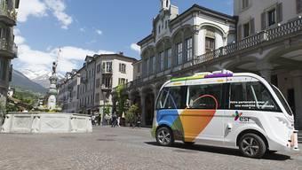 Die autonom fahrenden Busse, die in Sitten bis vor kurzem nur bei schwachem Verkehr in der Altstadt eingesetzt wurden, werden in Zukunft auch grosse Strassenkreuzungen überqueren können. Möglich machen dies intelligente Lichtsignalanlagen.