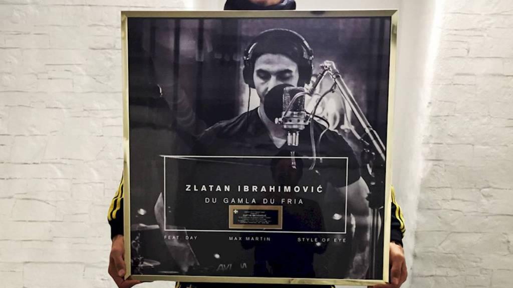 Zlatan Ibrahimovic mit der Auszeichnung.