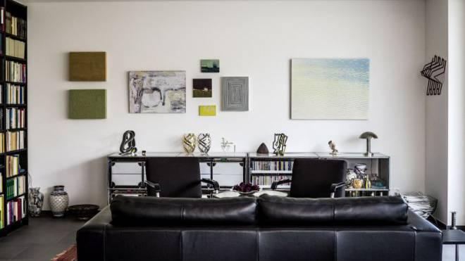Das Resultat aus 30 Jahren Kunstkäufen. Eine Wand im Wohnzimmer der Autorin. Foto: Chris Iseli
