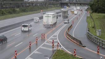 Die Vorbereitungen in Spreitenbach laufen schon: Die Autobahneinfahrt in Richtung Bern wird mit einer Tropfenzähler-Lichtsignalanlage ausgestattet (Archiv).