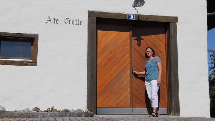 Vizeammann Iris Schütz öffnet die Tür zur Alten Trotte – dem neuen Treffpunkt.