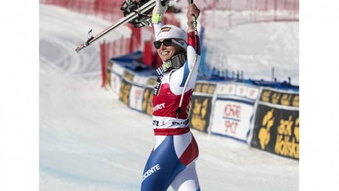 Die strahlende Siegerin im strahlenden Sonnenschein: Lara Gut lässt sich in St. Moritz feiern. Foto: Keystone