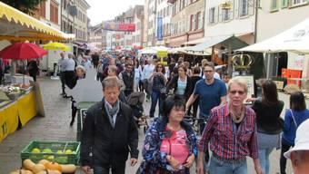Der Besucherandrang am Herbstwarenmarkt am Samstagnachmittag in der Marktgasse.
