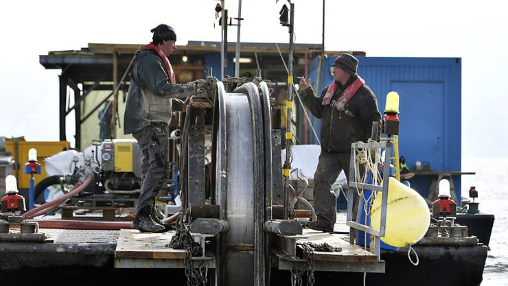Die EKZ bei der Arbeit der Kabelbergung. (Archivbild)