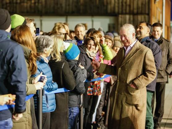 Der britische Thronfolger Prinz Charles verbringt gerne Ferien in Klosters. Hier begrüsst er Zaungäste an einer kleinen Feier anlässlich seines 40. Aufenthalts im Bündner Ferienort.