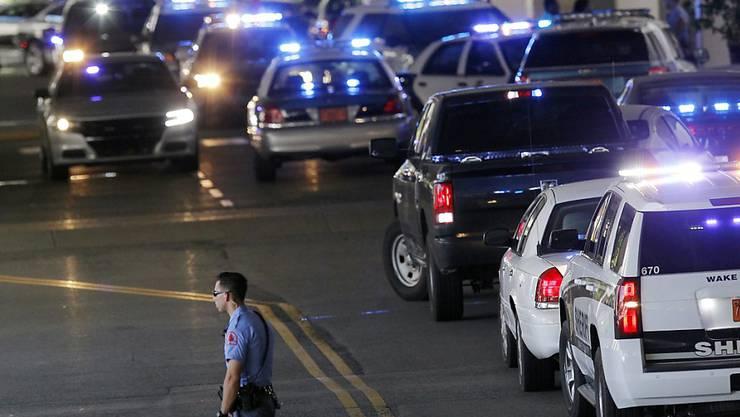 Ein Grossaufgebot der Polizei rückte am Samstag zu einem Einkaufszentrum im US-Bundesstaat North Carolina aus, weil dort Schüsse gemeldet worden waren. Es handelte sich um einen Fehlalarm. Auch der JFK-Flughafen in New York wurde am Sonntagabend teilgeräumt.
