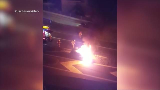 Auto fängt während Fahrt Feuer