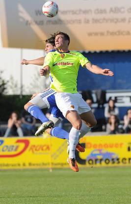 Der Grenchner Chad Bartlome (L)  im Kampf um den Ball gegen den Basler Jan Wuhrmann (R) waehrend dem Fussballspiel der 1