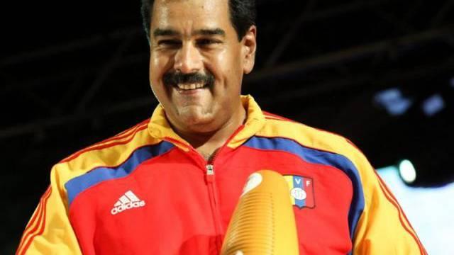 Maduro macht auf einem Fest zu Ehren von Chávez traditionelle Musik