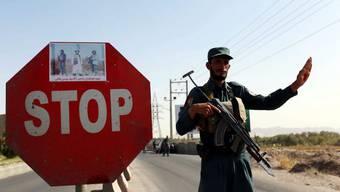 Ein afghanischer Polizist bei einer Kontrolle auf einer Überlandstrasse in der Provinz Herat.