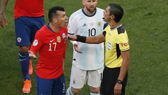 Gary Medel (links) und Lionel Messi sahen in der ersten Halbzeit die Rote Karte