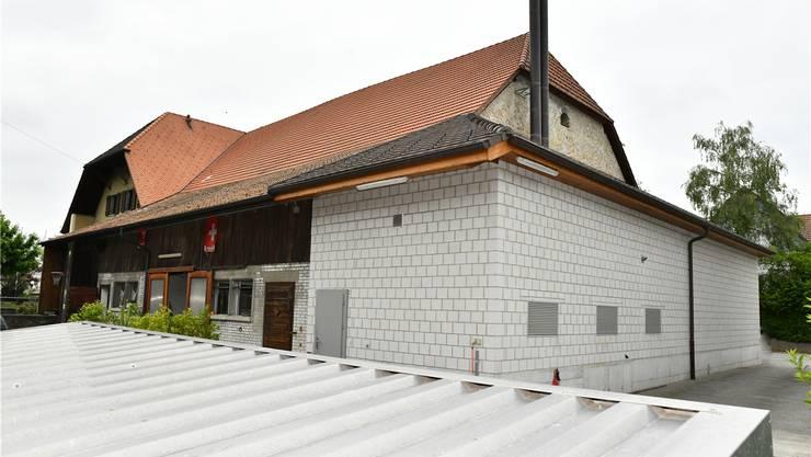 Die mit Holzschnitzeln betriebene Wärmezentrale in Kestenholz wird diesen Sommer für einen ausgeglichenen Betrieb mit fünf 5000-Liter-Speichern ausgestattet.