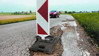 Lotterstrasse: Zwischen Neuendorf und Wolfwil werden diese Schlaglöcher bald der Vergangenheit angehören. Die Kantonsstrasse wird umfassend saniert.  (Hansruedi Aeschbacher)