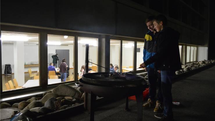 Flurin Schütz (l.) und Fabian Thommen grillieren am Vollmondtreff. Samuel Frey