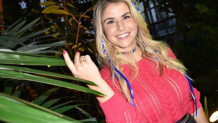 """Die Schwyzer Sängerin Beatrice Egli auf der Fashion Week in Berlin. Wieder einmal solo. Als Paar in der Öffentlichkeit auftreten würde sie nur mit dem perfekten """"Mr. Right"""" - sie möchte nicht nach einer Trennung von den Medien durch den Kakao gezogen werden, sagt sie."""