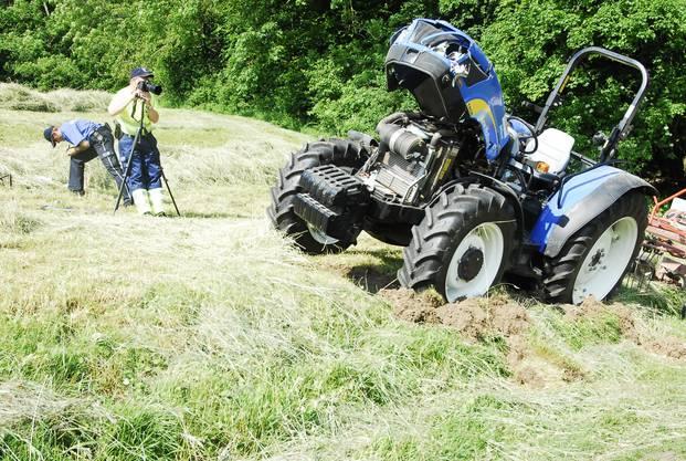Experten der Kantonspolizei begutachten die Unfallstelle