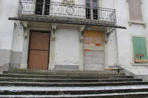Die Eingangstüren sind zugenagelt, weil sich immer wieder Unbefugte Zugang zum Schloss verschafften