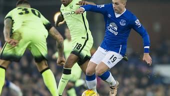 Evertons Gerard Deulofeu (rechts) im Kampf um den Ball gegen zwei Spieler von Manchester City