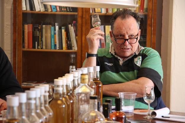 Öufi-Inhaber Alex Künzle faschsimpelt über seinen Whisky.