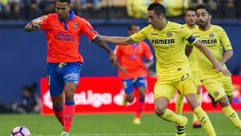 Las Palmas' Mittelfeldspieler Jonathan Viera (links) kämpft gegen Villarreals Bruno Soriano