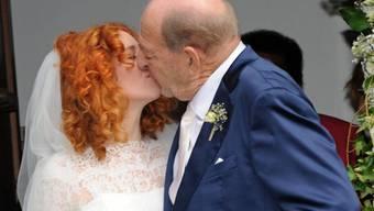 Das Brautpaar aus Ralph und Laura Siegel küsst sich am 15. September 2018 nach der Trauung vor der Thomaskirche.
